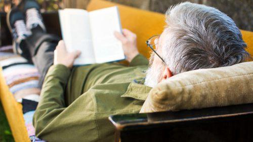 Senior liest ein Buch